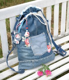 How to make a tote bag from a pair of old jeans