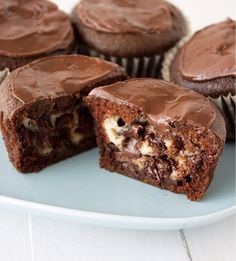 Chocolate Stuffed Cheesecake Cupcakes are ridiculously amazing and pretty easy, too. Your family will love them! Chocolate Stuffed Cheesecake Cupcakes are ridiculously amazing and pretty easy, too. Your family will love them! Cupcake Recipes, Baking Recipes, Cupcake Cakes, Dessert Recipes, Cupcake Ideas, Cup Cakes, No Bake Desserts, Just Desserts, Cupcakes Rellenos