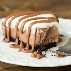 This No Bake Brownie Batter Cheesecake is the no bake cheesecake for chocolate lovers! It's rich and fudgy with no oven required! An easy no bake dessert for summer. # no bake Desserts No Bake Brownie Batter Cheesecake Easy No Bake Desserts, Delicious Desserts, Yummy Food, Good Desserts, Awesome Desserts, Yummy Treats, Sweet Treats, No Bake Brownies, Baking Brownies