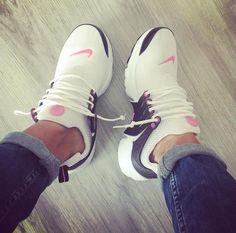 Nike Air Presto in weiß/pink - Sneakers , Sneakers Fashion, Fashion Shoes, Shoes Sneakers, Shoes Heels, Tennis Sneakers, Nike Tennis, Pink Fashion, Nike Air, Cute Shoes