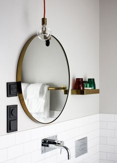 Bathroom – round mirror