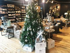 Niets straalt méér kerst uit dan sfeervolle, glanzende versieringen. Geef uw interieur een kerst-update met feestelijke accenten. Heeft u er ook al zo'n zin in? #rm #rivieramaison #wonen #interieur #interior #decor #woonaccessoires #xmas #christmas