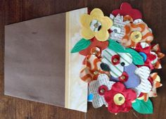 """8 PER LA MAMMA! 5 (100%) 1 vote Questo lavoretto l'ho realizzato qualche anno fa con i ragazzi della mia Associazione """"Mamme oltre il muro"""" , veloce ma di grande effetto. In quell'occasione io avevo già preparato alcuni fiori ritagliati da stoffa, cartoncino ondulato e vecchie pagine di libro, ma viene benissimo anche con semplice …"""