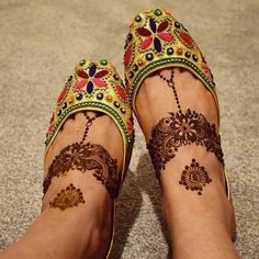 50 Most beautiful Engagement Mehndi Design (Engagement Henna Design) that you can apply on your Beautiful Hands and Body in daily life. Round Mehndi Design, Mehndi Designs Feet, Legs Mehndi Design, Beautiful Mehndi Design, Henna Tattoo Designs, Tattoo Ideas, Leg Mehndi, Foot Henna, Hand Mehndi