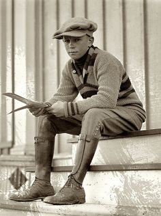 "BEAUTIFULLY STYLING - A real ""newsboy"" dressed in cap, sweater, knicker pants, leather gaiters and oxford shoes. Mens Fashion Blog, Mens Fashion Suits, Boy Fashion, Fashion Tips, Fashion Design, 1920 Men, Vintage Outfits, Vintage Fashion, Victorian Fashion"
