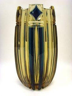 Salle des ventes ABC : CRISTAL TOPAZE DU VAL ST LAMBERT, Vase en cristal topaze taillé et doublé bleu pétrole, création de Joseph SIMON pour l'Exposition de Liège en 1930, modèle Ulysse, hauteur 25,4 cm