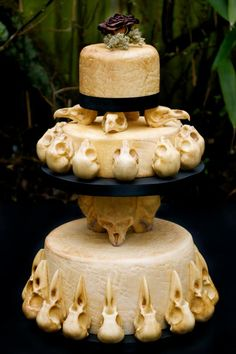 This skull wedding cake was created by Annabel de Vetten of Conjurer's Kitchen for the Eclectic Wedding Extravaganza in Birmingham. The theme for the skulltacular wedding cake is 'Till Death Do Us Part,' and it looks delightfully delicious. Bolo Halloween, Halloween Wedding Cakes, Halloween Cakes, Halloween Party, Halloween Bedroom, Classy Halloween, Halloween Ideas, Halloween Decorations, Halloween Costumes