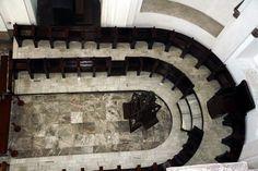 Atrás del altar mayor, se encuentra el Coro de los canónigos, consiste en una sillería concéntrica. En el centro de dicho coro, luce todavía el bellísimo facistol tallado en maderas preciosas, y con incrustaciones de concha nacar, que fuera traído de las Filipinas en la época de la Colonia. Este coro es dominado, a media altura, de la imagen de la Virgen de la Asunción, y es coronado, en la parte alta, con una hermosa imagen del patrono de la Catedral, el apóstol Santiago. Catedral de…