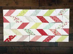 DIY Christmas Table Runner Pattern Table Runner Pattern, Table Centers, Quilted Table Runners, Diy Weihnachten, Trends, Mug Rugs, Cool Plants, Square Quilt, Table Centerpieces