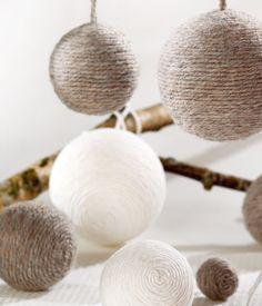 Réalisez vos boules de Noël en laine Country Christmas Decorations, Christmas Ornaments To Make, Rustic Christmas, Xmas Decorations, Crafts To Do, Handmade Christmas, White Christmas, Christmas Holidays, Christmas Crafts