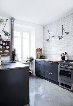 no upper cabinets Cosy Kitchen, Kitchen Dinning, Scandinavian Kitchen, Kitchen Decor, Kitchen Design, Kitchen Ideas, Kitchens Without Upper Cabinets, Kitchen Cabinets, Black Kitchens