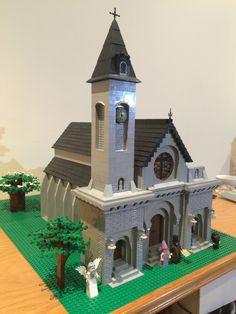New church with stained glass window - angel guardian Lego Building, Building Design, Lego Christmas Village, Lego Trains, Lego Modular, Lego Castle, Lego Worlds, Lego Architecture, Lego House