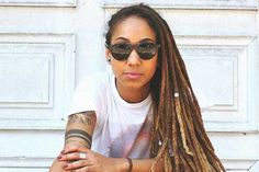 Conversamos com Bianca Gonçalves, pesquisadora da USP e idealizadora do projeto Leia Mulheres Negras , e juntas, selecionarmos 15 escritoras negras brasileiras que você precisa conhecer. Round Sunglasses, Sunglasses Women, Hair Styles, Beauty, Life, Fashion, Black Women, Dark Beauty, Black