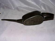 Burette Huile ancienne métal militaire militaria - http://www.lesbrocanteurs.fr/annonce-antiquaire/burette-huile-ancienne-metal-militaire-militaria/