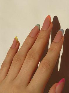 Vernis à ongles : ces manucures arty repérées sur Pinterest qu'on va vouloir reproduire à tout prix - Grazia Frensh Nails, Edgy Nails, Funky Nails, Stylish Nails, Swag Nails, Colorful Nails, Pastel Nail Art, Glow Nails, Gel Nail Art