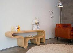 Удивительный стол в виде медведя из склеенной фанеры
