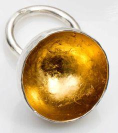 Laurence OPPERMANN  (née en 1972). «Mine d'or». Bague retenant une demi-sphère en argent forgé et martelé, doré à l'intérieur. Poids : 13 g ; Taille 53 estimation 500-700€ http://photo.auction.fr/e/6/c/oppermann-laurence-nee-en-1972-mine-or-1390300931731117.png