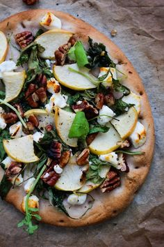 Simple, comforting ingredients come together to make this arugula, apple and goats cheese flatbread Perfect for lazy days and quick eats - pizza Goats Cheese Flatbread, Goat Cheese Pizza, Naan Pizza, Flatbread Pizza Recipes, Flatbread Appetizers, Flatbread Ideas, Goat Cheese Recipes, Cheese Snacks, Pizza Pizza