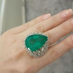 Al Fares Jewellery Kuwait @alfaresjewellery emerald and diamond ring. #alfaresjewellery #HighJewellery #Highjewelry #HauteJoaillerie
