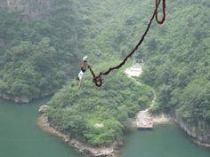 ТОП 8 МЕСТ ДЛЯ ПРЫЖКОВ БАНДЖИ. (8 ФОТО) Банджи - прыжок с высоты с помощью эластичного троса. На свободное падение с огромной высоты решаются далеко не все, но те кто осмелится бросить вызов своим страхам получают незабываемые ощущения.  Читать всё: http://avivas.ru/topic/top_8_mest_dlya_prijkov_bandji.html