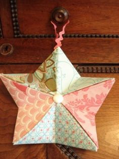 Zencrafting fabric origami star ornament just a quick post today! you can turn fabric scraps into little origami stars i made these right before the holidays and the bunting is safely packed away with our christmas decorations Fabric Christmas Ornaments, Origami Ornaments, Quilted Ornaments, Christmas Sewing, Christmas Projects, Christmas Crafts, Christmas Decorations, Folded Fabric Ornaments, Christmas Quilting