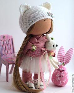 Купить или заказать интерьерная кукла в интернет-магазине на Ярмарке Мастеров. Милая текстильная куколка станет прекрасным подарком Вам и Вашим близким. Нежная и позитивная. Из кукольного трикотажа, набита холлофайбером. .Шапочка ручной вязки. Обута в настоящие кроссовки на липучках! Хорошо стоит и сидит. Рост 27 см.