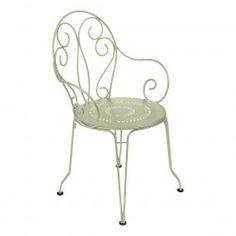 Romantischer Gartenstuhl mit Stuhllehnen aus Stahl in Hellgrün. Fermob Montmartre Stapelstuhl in Lindgrün.