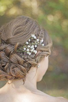 Wedding Hairstyle - A sprig of Baby's Breath | Coafura de mireasa superba si lejera