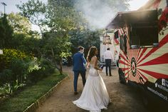 The sit down banquet isn't the only type of wedding catering option out there. Check out these great ideas for mobile wedding catering with food trucks. Food Truck Catering, Catering Buffet, Catering Display, Catering Ideas, Inexpensive Wedding Venues, Unique Weddings, Gold Weddings, Sangria Blanca, Wedding Catering Prices