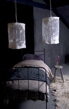 magnifique abat-jour dont le jeu entre tissu très fin genre toile batiste et laine feutrée m'inspire et pas que pour habiller les ampoule du plafond…