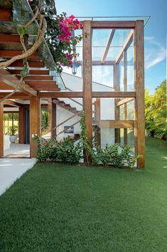 Casa de praia r�stica tem ambientes integrados e madeira