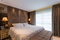 Sofisticado mas sem perder o aconchego. Essa foi a ideia inicial. Nos armário foi utilizada linha Perfilo com espelho bronze e os detalhes maiores ficam por conta do painel da TV, em laccato vanilla, e do baú, aos pés da cama, que tem função de recamier e também guarda toda roupa de cama à noite. Bed Design, House Design, Interior Design Masters, Luxury Bedroom Design, Suites, Bedroom Styles, Luxurious Bedrooms, Decoration, Bedroom Decor
