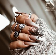 discovered by Mone? Chic Nails, Glam Nails, Fancy Nails, Stylish Nails, Stiletto Nails, Love Nails, Pretty Nails, Cute Acrylic Nail Designs, Black Nail Designs
