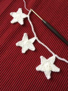 Sternengirlande mit Häkelanleitung Crochet Cushions, Crochet Quilt, Easy Crochet, Crochet Yarn, Crochet Stitches, Lana, Loom Knitting, Baby Knitting Patterns, Crochet Patterns