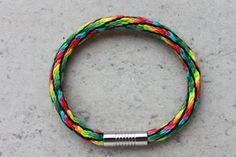 Un splendide bracelet tressé main en 36 fils de coton dmc avec fermoir magnétique en acier inoxydable haute qualité. Très lumineux.
