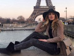 Αθηνά Οικονομάκου: Το φωτογραφικό άλμπουμ από το ταξίδι της στο Παρίσι  Ονειρεμένα στιγμιότυπα! Tower Bridge, Brooklyn Bridge, Greek, Louvre, Hipster, Actresses, Actors, Stylish, Celebrities