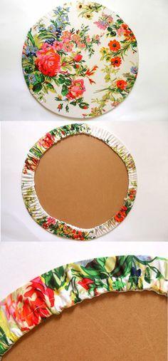 Esses sousplats são lindos! Estampados! Forrados com tecidos de modo simples dão à mesa elegância e charme. As peças em MDF são vendidas em lojas de produtos artesanais para acabamento e poss…