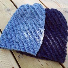 Huer med vri i blått. Knitted Hats, Knitting, Fashion, Moda, Tricot, Knit Caps, Breien, Fasion, Weaving