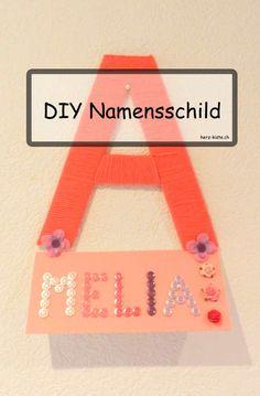 DIY Dekorationsidee mit Anleitung: Wie du ein Namensschild aus einem Stück Karton und Wolle bastelst - ein einfaches aber tolles DIY