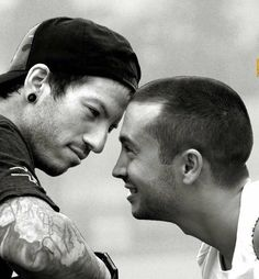 Ahk, they're so cute together! Tyler And Josh, Tyler Joseph, Twenty One Pilots Wallpaper, Have A Great Day, The Twenties, Josh Dun, Lgbt Quotes, Song Artists, Couple Photos