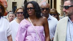 Michelle Obama nails chic vacation style while on holiday in Italy. Michelle Obama Fashion, Michelle And Barack Obama, Balenciaga, Body Sculpting Workouts, Good Arm Workouts, Yves Saint Laurent, Beautiful Evening Gowns, Boot Camp Workout, Italy Holidays