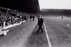 Tommy Docherty before a match vs Leeds in 1975