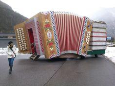 Ein Faschingswagen in Form einer Diatonischen Harmonika, der mit viel Liebe zum Detail von der österreichischen Firma Harmonika Müller GmbH für den Nassereither Schellerlaufen gebaut wurde. Stichworte: #Accordion #World #Giant #Car #Carnival #Müller