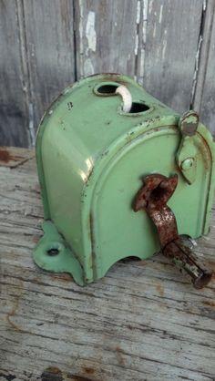 Vintage RETRACTABLE CLOTHES LINE metal old green case