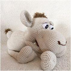 Muster eines netten Kamels als Pdf-Datei, klar beschrieben mit Fotos in German (Deutsch), Englisch und Niederländisch, das Kamel ist, wenn es fertig ist, und mit Phildar Baumwolle 3 und auf Nadel Nr. 2,5 mm, ca. 33 cm häkeln, solange Sie anderen Garn un