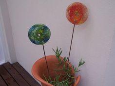 Descubre cómo hacer bonitos tutores para tus plantas con CD's reciclados