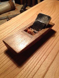 木童工房で使われている手道具。  平鉋(ひらがんな)。  鉋(かんな)と聞けば真っ先に思い浮かぶでしょう、鉋です。 ウチの工房では一枚板の表面を整えたりする際にもこの平鉋を使っております。  平鉋で整えた板は独特の光沢を放ちます。  #takayama #japan #日本 #高山 #木工 #木製 #woodwork #woody #wooden #wood #かんな #鉋 #plane #平鉋 #手道具 #tool
