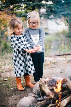 Family making smores around the fire - perfect family winter photos! In Matching sweaters and dresses from @hanna