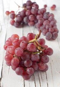 O resveratrol é um fitonutriente, também conhecido como um polifenol, e pode ser encontrado na pele de uvas, vinho, sumo de uva, amendoins e frutos.