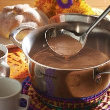 Poner el pinole y la cocoa en la cacerola, añadir poco a poco el agua y mover con el Batidor de globo Tupperware® hasta que se desbarate e integre bien. Llevar...